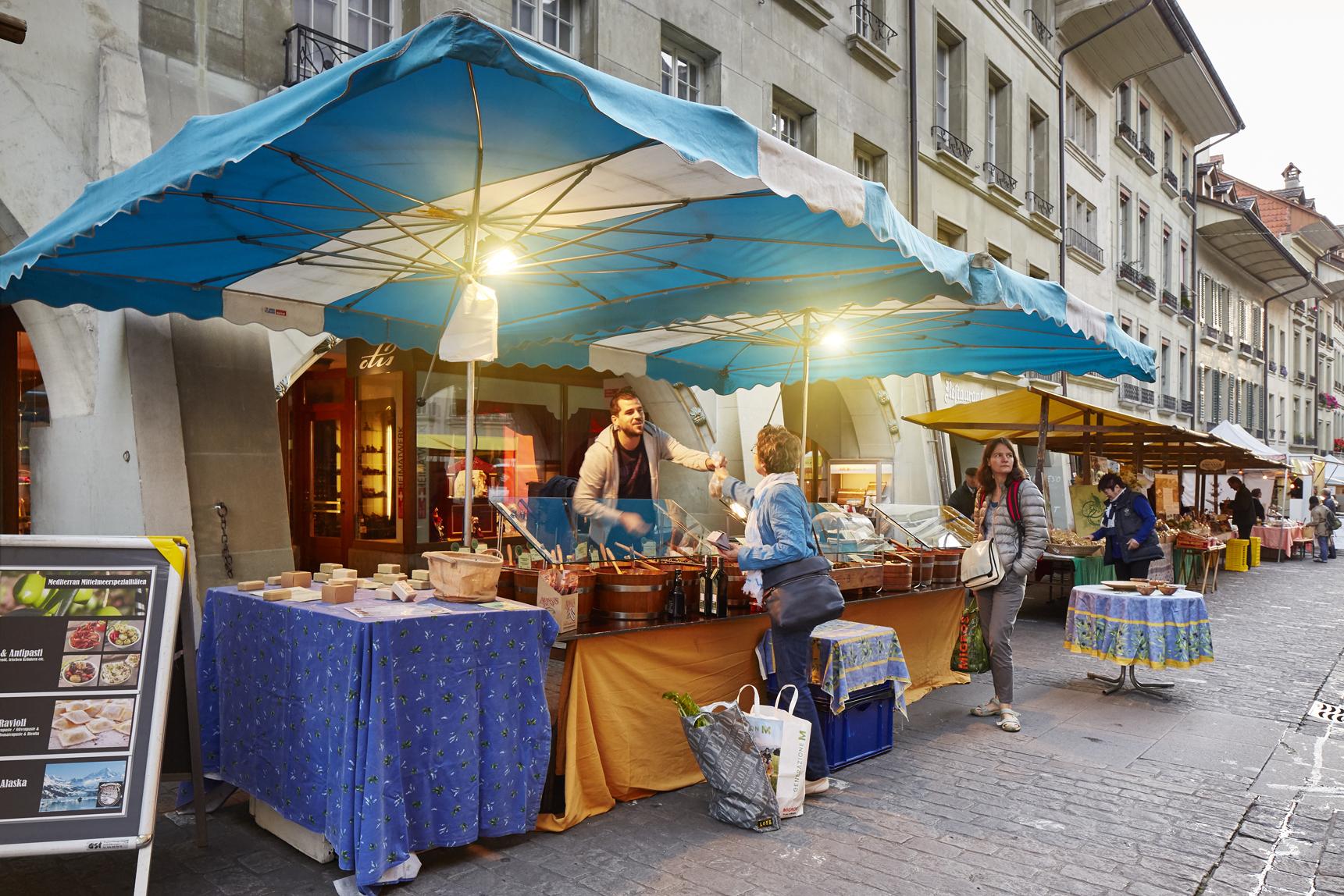 fb1fcfc05b ... generi alimentari, fiori e merci di vario genere, vengono prodotti  nella regione di Berna e giungono freschi sulle bancarelle del mercato  settimanale.