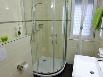 Badezimmer, Dusche und Waschtisch