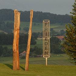 KlosterSkulpturenAusstellung, Der Baum von Lotti Meschter und ein Signal von Davis Birks