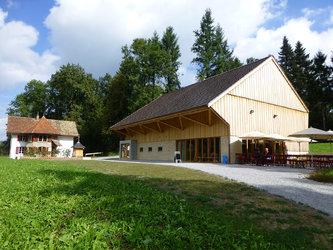 Das Ziegelei-Museum in einer idyllischen Lichtung. Im Hintergrund das Ziegler-Wohnhaus.